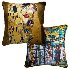 'The-Kiss'-By-Gustav-Klimt_Vintage-Cushions_Treniq_1