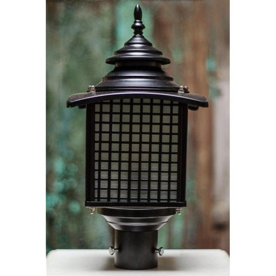 Old fashioned casual outdoor pole light gate light1